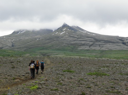 Hikers following S3 towards the mountains
